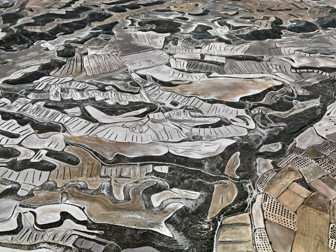 Edward Burtynsky, </span><span><em>Dryland Farming #13, Monegros County, Aragon, Spain</em>, </span><span>2010 Courtesy of Nicholas Metivier Gallery.