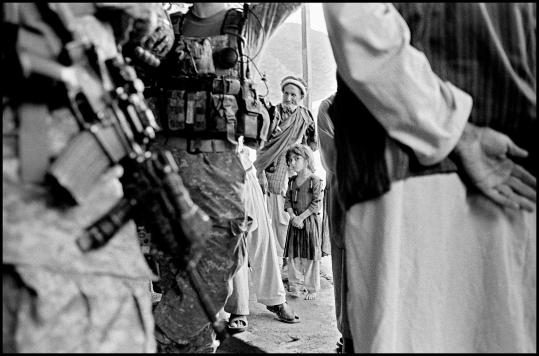 Larry Towell, Village elder and daughter with US military in Kunar Valley. Kabul, Afghanistan, 2010 © Larry Towell/Magnum Photos