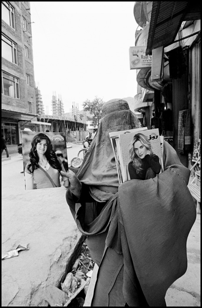 Larry Towell, </span><span><em>Woman selling glamour magazines. Kabul, Afghanistan</em>, </span><span>2010 © Larry Towell/Magnum Photos