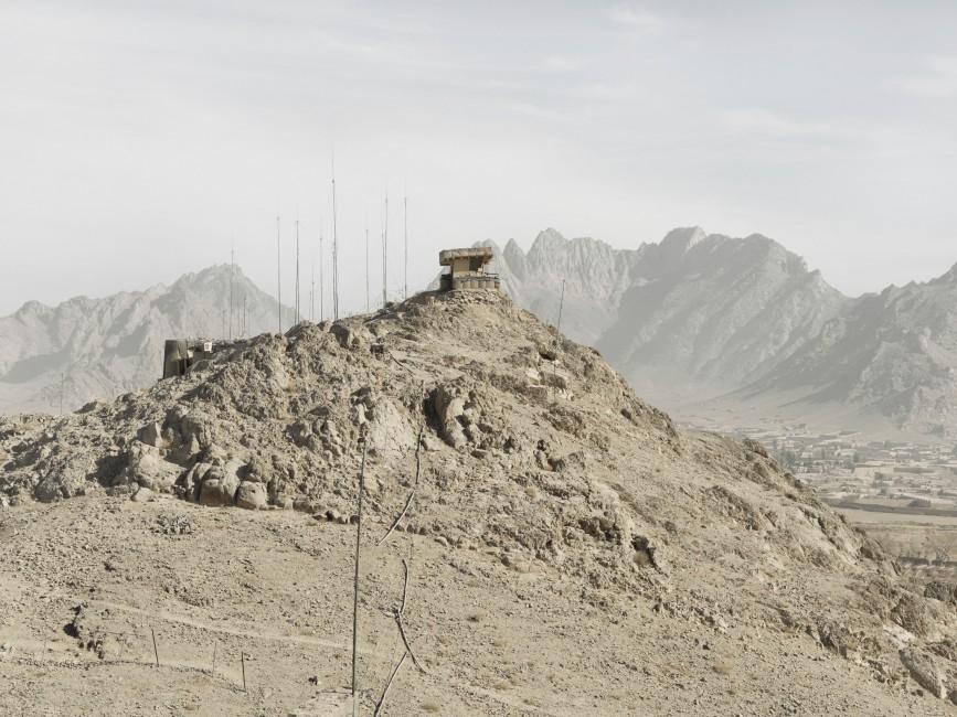 Donovan Wylie, </span><span><em>FOB Masum Ghar, Kandahar Province, Afghanistan</em>, </span><span>2010 © Donovan Wylie/Magnum Photos