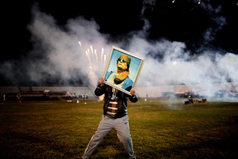 Moises Saman , </span><span><em>A Qaddafi supporter holds a portrait of the Libyan leader, Libya</em>, </span><span>March 9, 2011