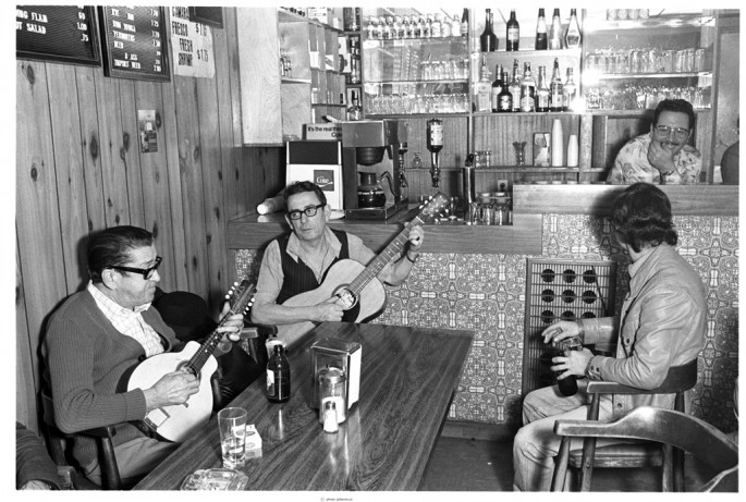 Gilberto Prioste, </span><span><em>Portuguese men playing guitar at the Blue Wall caf on Kensington Market</em>, </span><span>1979-81