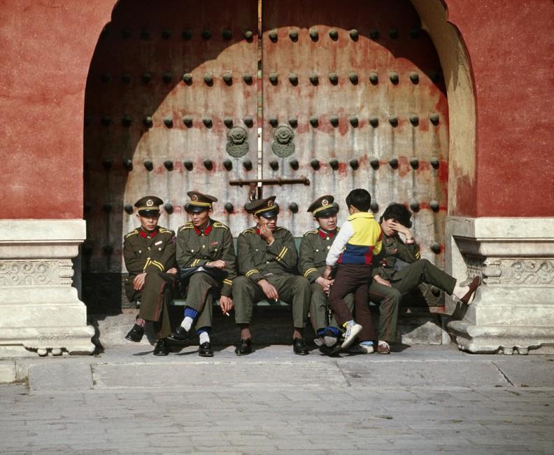 Peter Alberti, </span><span><em>Soldiers and child, Forbidden City</em>, </span><span>1988