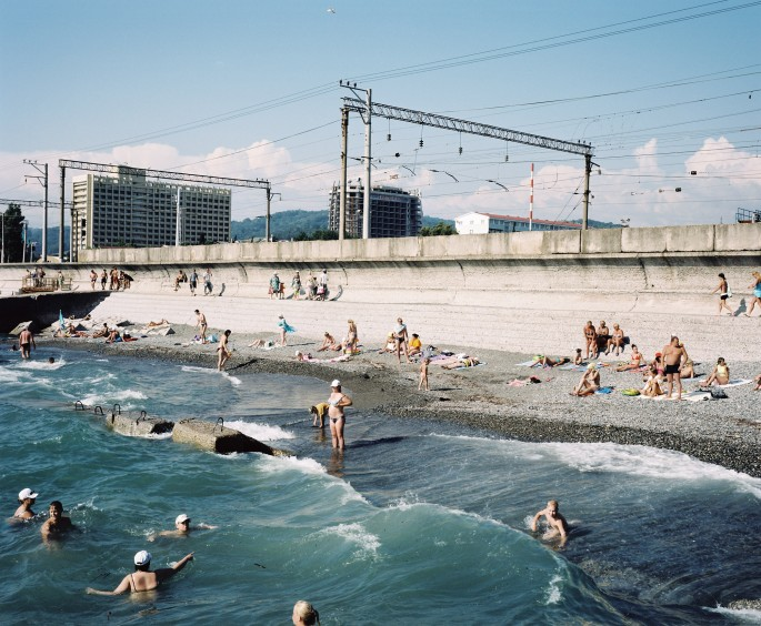Rob Hornstra, </span><span><em>The Beach, Adler, Sochi Region</em>, </span><span>2011  © Rob Hornstra / Flatland Gallery. From: An Atlas of War and Tourism in the Caucasus (Aperture, 2013)