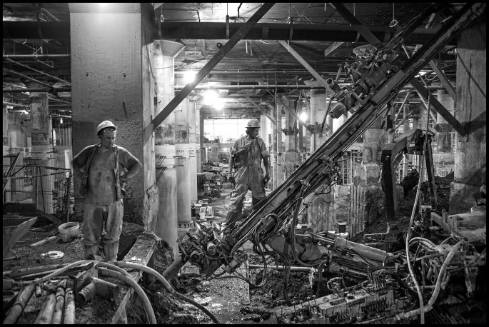Larry Towell, </span><span><em>Workers Underground, Union Station, Toronto</em>, </span><span>2013 Courtesy of the artist/Magnum Photos