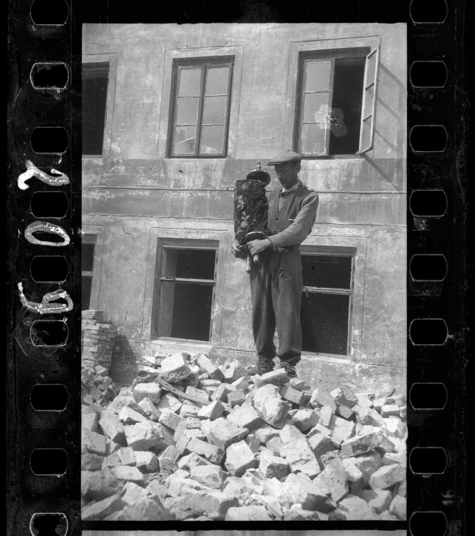 Henryk Ross, </span><span><em>Lodz ghetto: Man who saved the Torah from the rubble of the synagogue on Wolborska street (destroyed by Germans 1939)</em>, </span><span>1940 Art Gallery of Ontario, Gift from Archive of Modern Conflict, 2007. © Art Gallery of Ontario