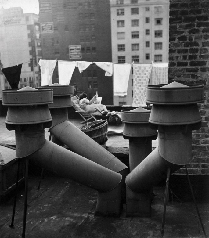André Kertész, </span><span><em>West 20th Street, New York</em>, </span><span>1943 © The Estate of André Kertész