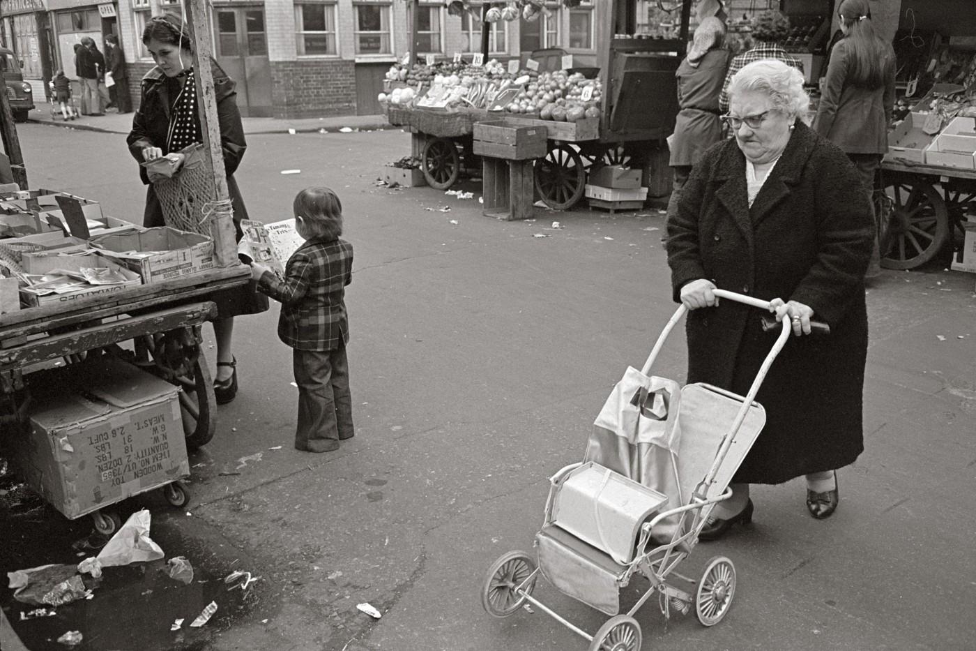 Tony Bock, </span><span><em>Shoppers, Watney Street Market, London</em>, </span><span>1976