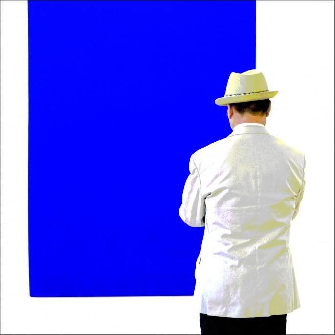 Barbara Bender, </span><span><em>Man and Blue Painting</em>, </span><span>2015