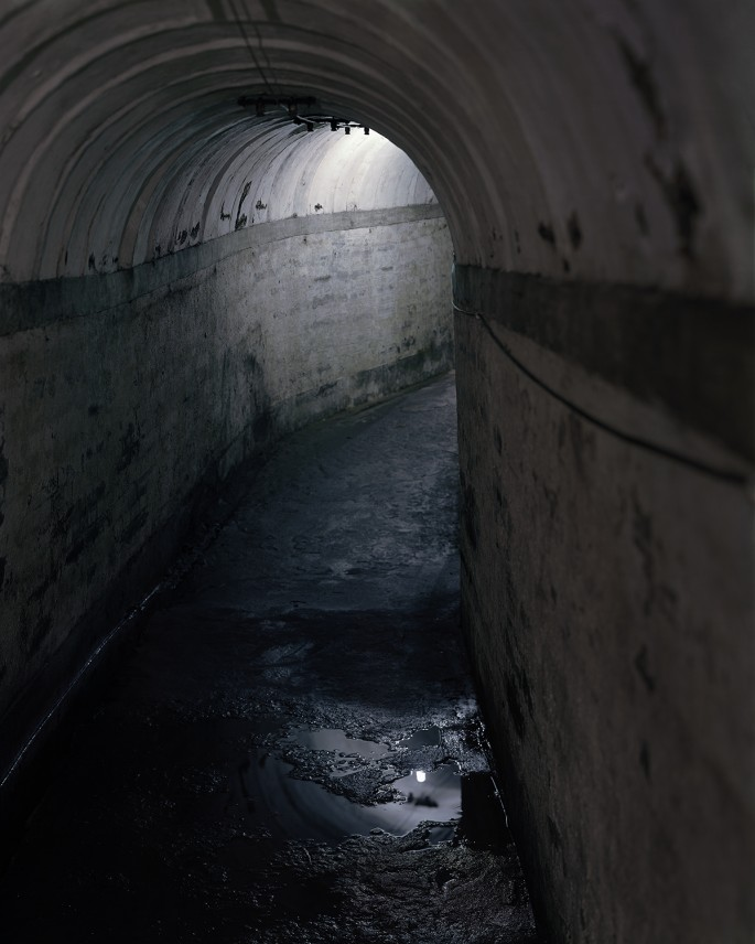 Alec Soth, </span><span><em>Tunnel</em>, </span><span>2004. Inkjet print on vinyl, 76 x 96&quot;.