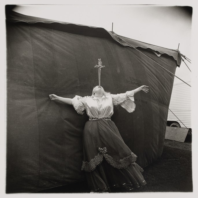 Diane Arbus, </span><span><em>Albino sword swallower at a carnival, Md.</em>, </span><span>1970. Gelatin silver print, 50.8 x 40.6cm (sheet). Private collection, Toronto. © The Estate of Diane Arbus.