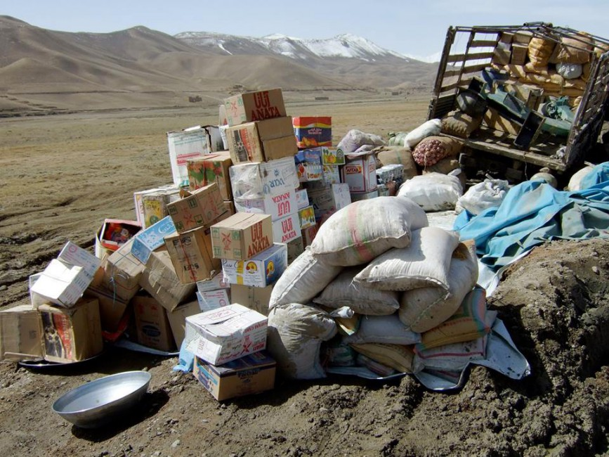 Jayce Salloum, </span><span><em>taking stock, dusted mud path, stores/goods, truck upheaved, moving around, silk road routes, few minutes away from the Driver's restaurant near Qarghanatu, on the way to Band-e-Amir from Bamiyan</em>, </span><span>Bamiyan province, Afghanistan, 4/17/08 [DSCF3150]