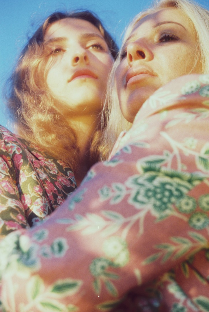 Petra Collins, </span><span><em>Anna and Anya (Hungary)</em>, </span><span>2016. Courtesy of the artist.