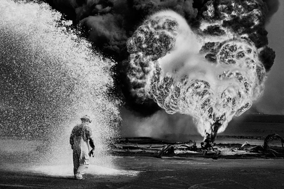 Sebastião Salgado, </span><span><em>Untitled, Kuwait</em>, </span><span>1991. Gelatin silver print