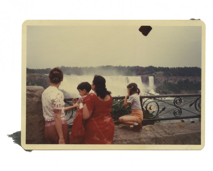 Anil Dewan, </span><span><em>Barbara with her kids Naina and Arjun, and grandma (daddi) Indira, who is visiting from India, Niagara Falls</em>, </span><span>August 1980, Chromogenic print. Courtesy of Deepali Dewan.
