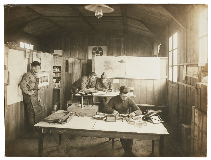 Unknown American, </span><span><em>Photographic room and detachment: reviewing surveillance pictures</em>, </span><span>1914 – 1918. Silver gelatin print. Anonymous Gift, 2004. 2004/514 © 2018 Art Gallery of Ontario