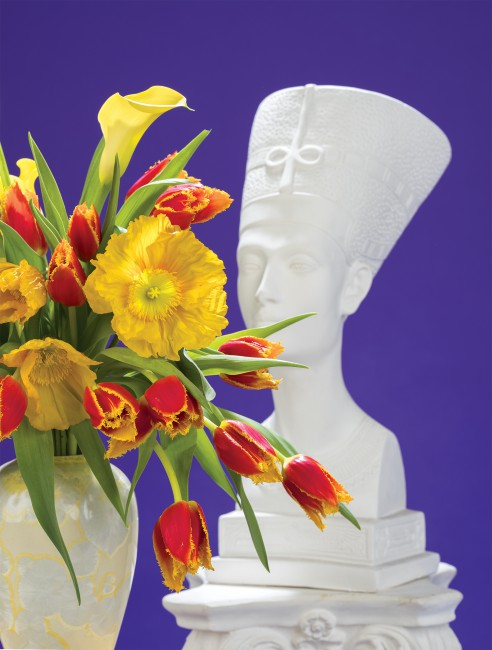 Awol Erizku, </span><span><em>Nefertiti With Tulips</em>, </span><span>2018. © Awol Erizku
