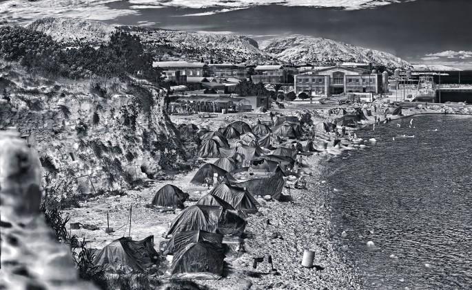Richard Mosse, </span><span><em>Souda Camp, Chios Island</em>, </span><span>2017. © Richard Mosse. Courtesy of the artist and Jack Shainman Gallery, New York.