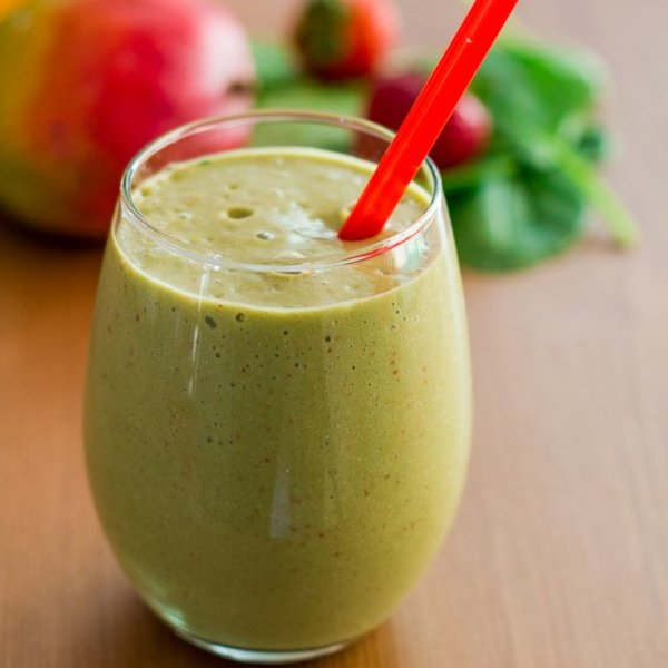 Mango, Strawberry and Spinach Smoothie with Hemp Hearts
