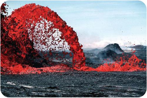 Lava vermelha brilhante jorrando da terra