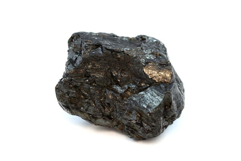 Carvão, uma pedra preto acastanhada que pode ser queimada como combustível