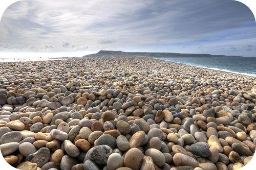 Uma praia coberta com pedras lisas