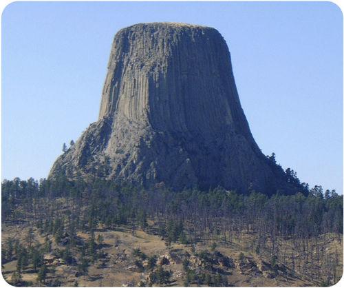 Uma pedra extremamente alta sem outras pedras ao redor