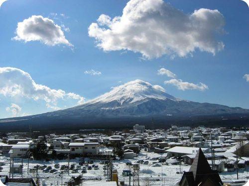 Vista do Monte. Fuji de uma cidade a seus pés.