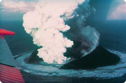 Fotografia de uma erupção tirada de um avião.