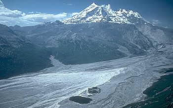 Montanhas cobertas de neve por um fluxo de gelo