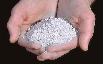 Uma amostra de tephra entrou em erupção no Monte Santa Helena em 18 de maio de 1980. O tephra foi coletado entre 40 e 60 km a jusante do vulcão. A maioria dos tephra consiste em pedra-pomes. O maior fragmento tem cerca de 5 mm de diâmetro. Tephra entre 2 e 64 mm de diâmetro é chamado de lapilli; tephra <2 mm de diâmetro é chamado de cinza.