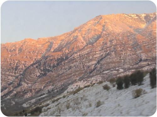 Estrias preenchidas com neve em uma montanha