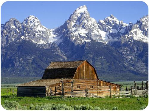 Um celeiro em frente às montanhas de Teton