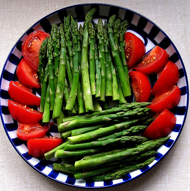 Asparagus and tomatoes on a plate