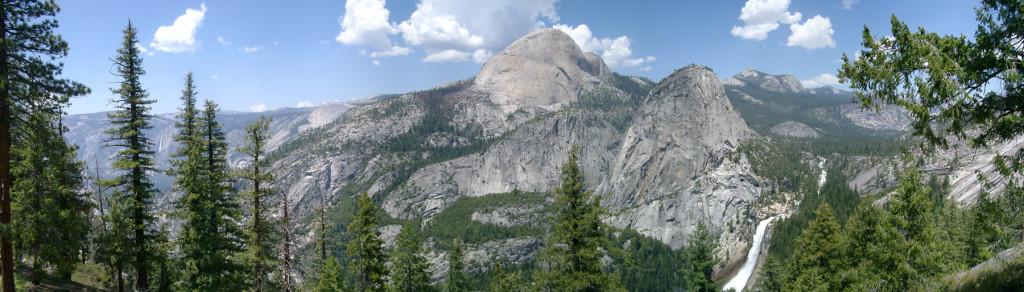 Um tiro panorâmico de meia cúpula e as formações rochosas que a rodeiam. As formações massivas se curvam e se elevam como montanhas.