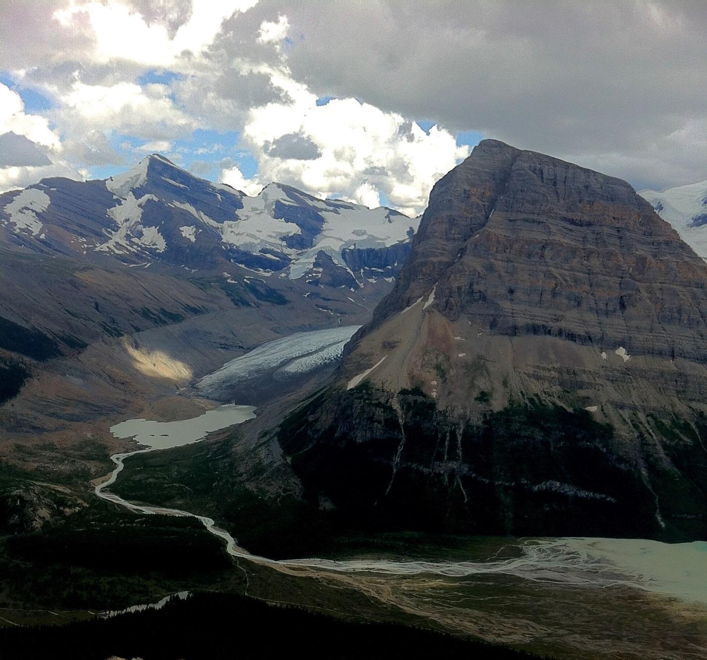 Uma montanha com uma geleira entre ela e outra cordilheira.