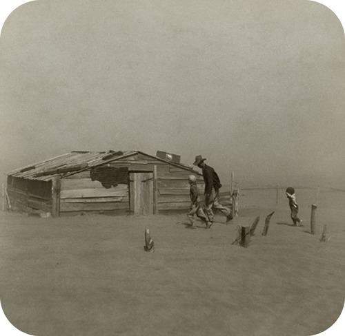 Um agricultor em uma tempestade de poeira durante o Dust Bowl