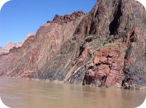 O craton pré-cambriano está exposto no Grand Canyon, onde o rio Colorado cortou as rochas sedimentares mais jovens