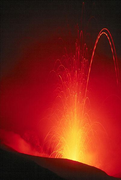 Erupção de Stromboli (Isole Eolie / Italia), ca. 100 m (300 pés) na vertical. Exposição de vários segundos As trajectórias tracejadas são o resultado de peças de lava com um lado brilhante e quente e um lado escuro e frio a rodar no ar.
