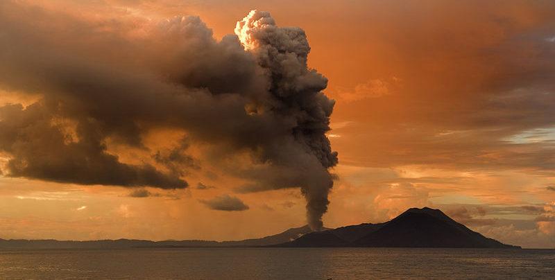 Vulcão Tuvurvur - parte de Rabaul Caldera –– Papua Nova Guiné