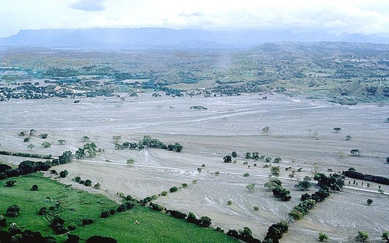Uma erupção explosiva da cratera de Ruiz em 13 de novembro de 1985, às 21h08, gerou uma coluna de erupção e enviou uma série de fluxos e surtos piroclásticos através do amplo cume coberto de gelo do vulcão. A pedra-pomes e a água derretida produzidas pelos fluxos e ondas piroclásticos quentes varreram as ravinas e canais nas encostas de Ruiz como uma série de pequenos lahars.