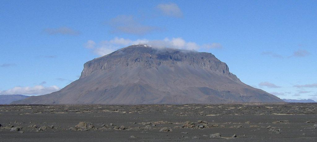 A montanha Herðubreið, interior de Islândia, vista do sudeste.