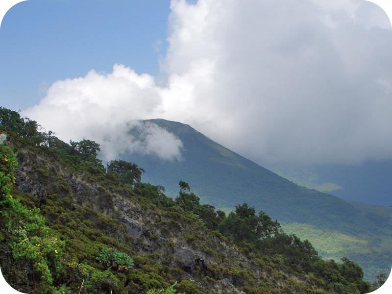 Monte Gahinga no vale do leste da África Rift