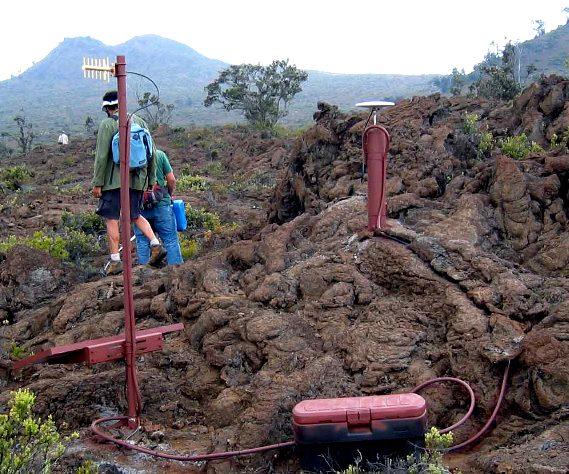 Fotografia de uma unidade de GPS instalada no vulcão Hualalai, Havaí
