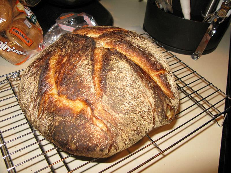 Um pão acabado de cozer com uma crosta crocante