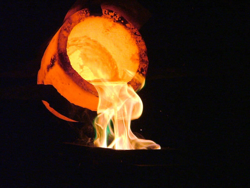 Metal derretido sendo derramado de um recipiente extremamente quente