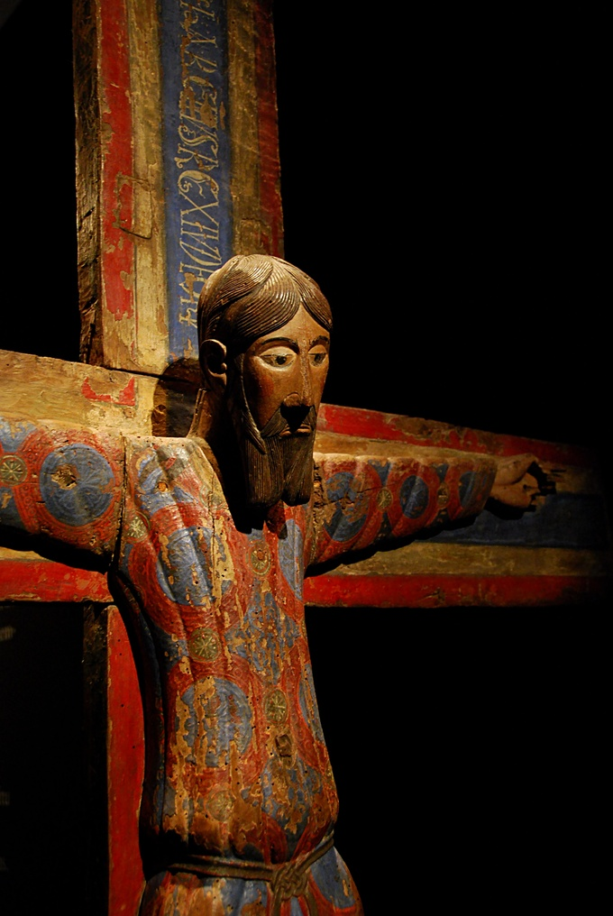 Image of the Majestat Batlló shows an elaborate and colorful carving of Christ on the Cross.