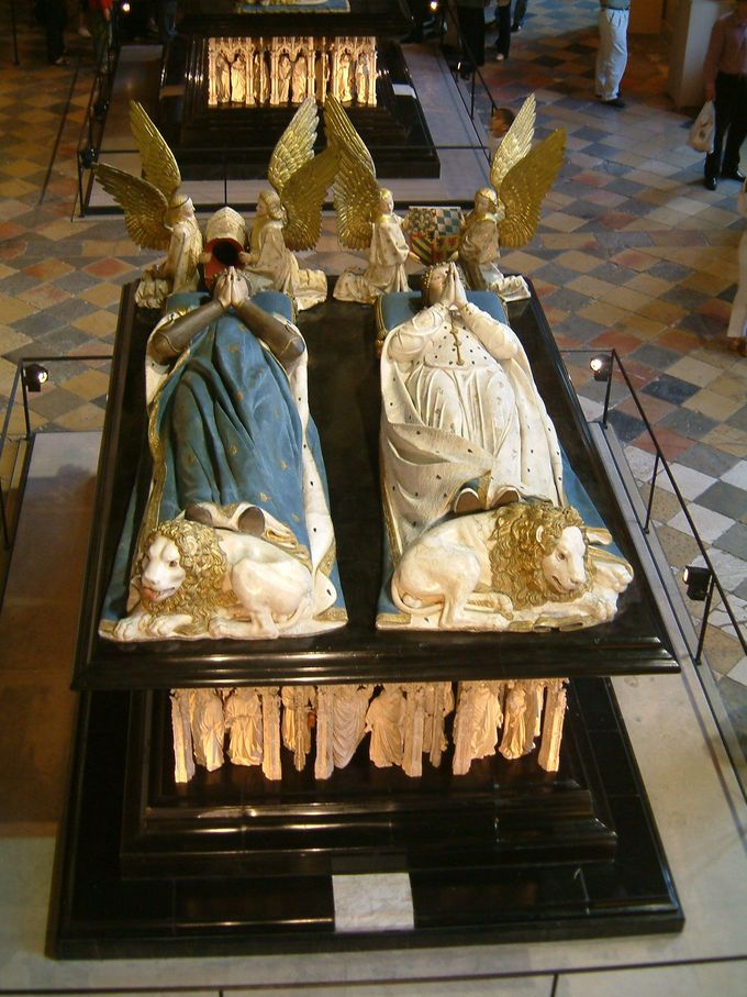 The tomb depicts John the Fearless and Margaret of Bavaria with their hands together, as though praying. Angels kneel at their heads and lions lie at their feet.