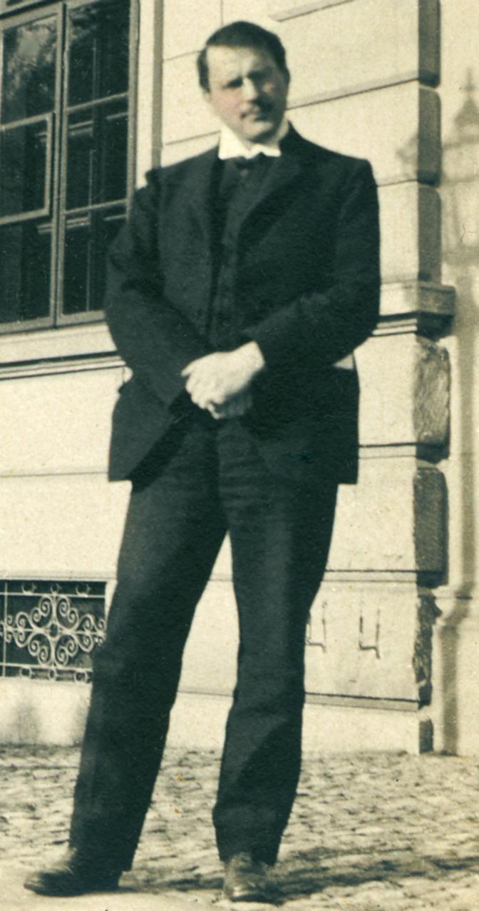 Carl Jung full body image