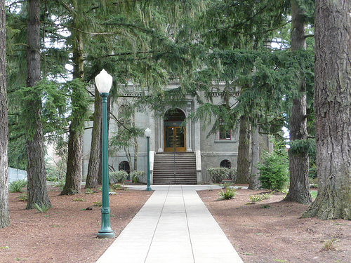 A picture of a sidewalk leading up to a building at the University of Oregon.